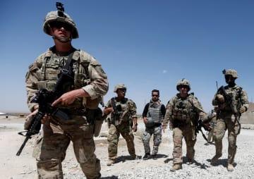 アフガニスタン中部ロガール州でパトロールする米軍の部隊=8月7日(ロイター=共同)
