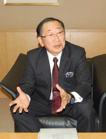 九州新幹線長崎ルートの課題などについて話す青柳社長=福岡市博多区、JR九州本社