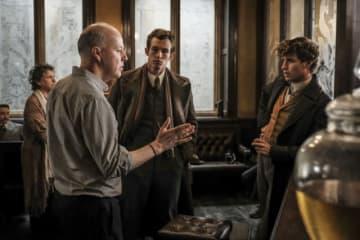 デヴィッド・イェーツ監督(左手前) - (c) 2018 Warner Bros. Ent. All Rights Reserved. Harry Potter and Fantastic Beasts Publishing Rights (c) J.K.R.