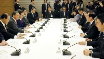 2025年大阪万博の関係閣僚会議であいさつする菅官房長官(左から2人目)=21日午前、首相官邸