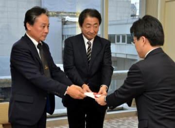 津村部長(右)に寄付金を手渡す池田社長(中)と木原取締役