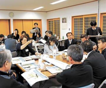 浜田地区に整備が予定される交流センターについて意見を交わす住民ら