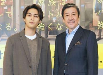 NHK土曜ドラマ「母、帰る~AIの遺言~」の会見に出席した柳楽優弥さん(左)、奥田瑛二さん