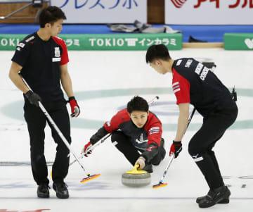 男子1次リーグ 米国チームと対戦し、ショットを放つコンサドーレの松村。左は谷田、右は清水=軽井沢アイスパーク