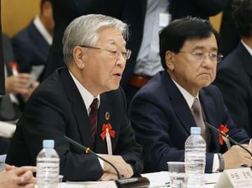 中途採用・経験者採用協議会であいさつする経団連の中西宏明会長(左)=21日午後、首相官邸