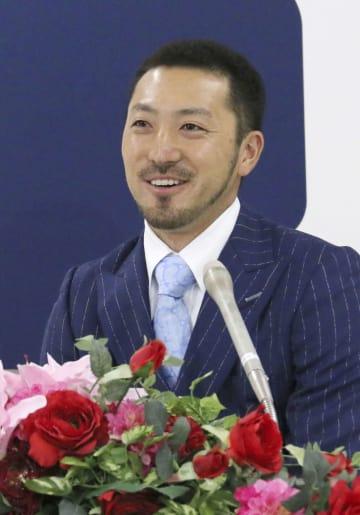 契約更改交渉後に記者会見する広島の菊池涼介内野手=21日、マツダスタジアム