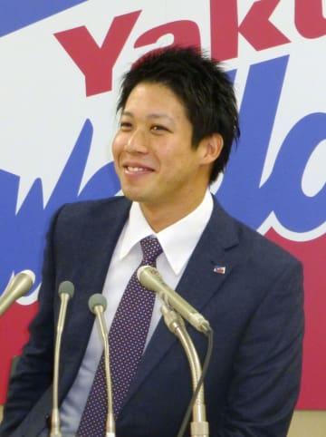 契約更改交渉を終え、記者会見するヤクルトの山田哲人内野手=21日、東京都内の球団事務所
