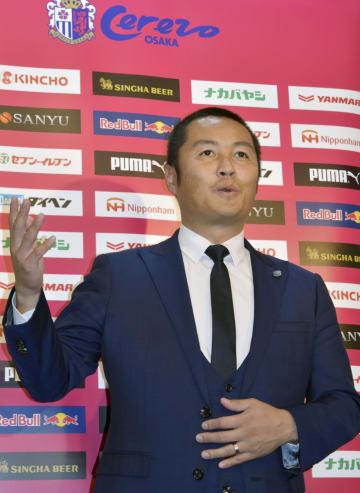 サッカーJ1C大阪の新社長に就任し、取材に応じる森島寛晃氏=21日、大阪市