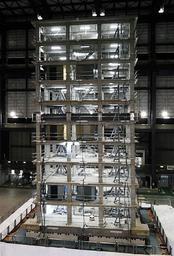 10階建てのマンションを模した構造物で行われた実験=三木市志染町(撮影・三津山朋彦)