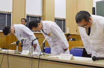 記者会見で謝罪する熊本大病院の谷原秀信病院長(中央)ら=21日午後、熊本市