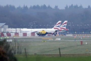 20日、英ロンドン近郊のガトウィック空港で飛ぶ警察のヘリコプター(AP=共同)
