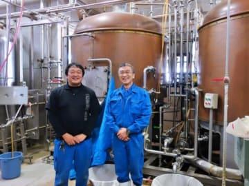 小松前工場長(右)と佐々木現工場長(左)。小松氏は現在、支配人という立場であるが、補助的に醸造にも関わっている。