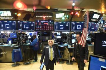 ニューヨーク証券取引所のトレーダーたち=21日(ロイター=共同)