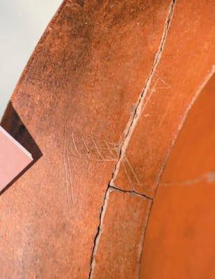 新しく見つかった3例目のシカが描かれた線刻絵画土器=大分市牧緑町の県立埋蔵文化財センター
