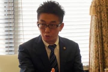 【記者会見で、今年の市政10大ニュースを発表する伊藤市長=桑名市役所で】