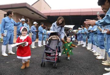 熊本市動植物園が営業を全面再開し、職員に迎えられ入園する親子連れ=22日午前、熊本市