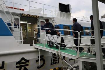 新会社が運航を再開した「びっぐあーす」に乗り込む乗客ら=新上五島町、鯛ノ浦港(11月16日午前7時50分)