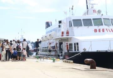 博多港に向け初めて運航するビートル「混乗便」に乗り込む島民ら=7月23日、対馬市、比田勝港