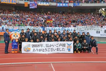 12月1日のJ1最終節を終え、サポーターと記念撮影する選手ら=諫早市、トランスコスモススタジアム長崎