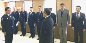 署員を激励した伊達地方警察官友の会メンバー。左端は江口署長(提供写真)