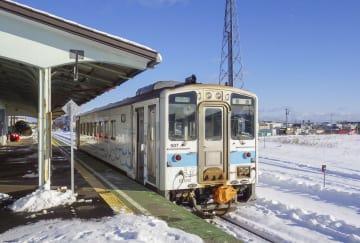 根室駅に停車中の車両=15日、北海道根室市