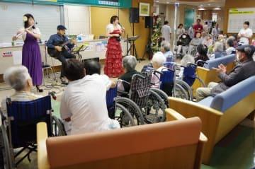 曲を披露するRIZの3人=県壱岐病院ロビー