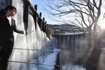 氷瀑が作られる露天風呂。寒さが厳しくなると全体を覆うように氷のボリュームが増し、高さ約3.5メートルにも。夜は幻想的な冬景色が楽しめる=21日午後