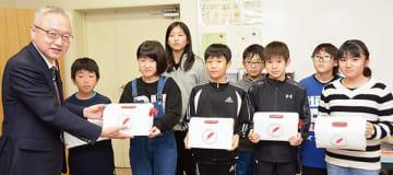 米野事務局長(左)に募金箱を手渡す八丁平小児童会、学級委員会のメンバー