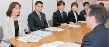 県に報告書を提出し、改善策などを提案する神田寿恵委員長(左端)ら=県庁