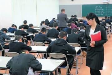 国語の試験に臨む受験生=22日午前、別府市の明豊中