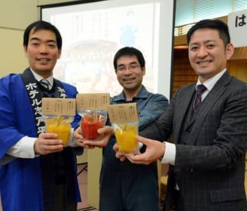 共同開発した「てるけんのまるごとパプリカ」をPRする(左から)久保田龍介取締役、照井健二さん、箱崎陽介社長