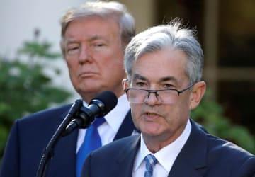 トランプ米大統領(左)とパウエルFRB議長=2017年11月、ホワイトハウス(ロイター=共同)