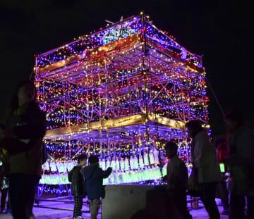 新潟県糸魚川市の大火から2年となり、被災した商店街にある広場で点灯された復興を願うイルミネーション=22日夜