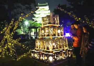 天守閣の周辺で輝く、竹でできたイルミネーションのオブジェ