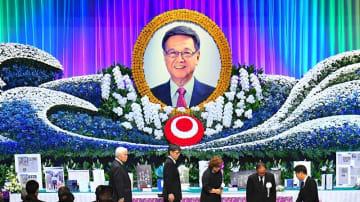 約3千人が参列した翁長雄志前知事の県民葬=10月9日午後2時すぎ、那覇市・県立武道館