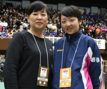 全国高校駅伝開会式の会場で再会した母・山本友子さんと三女・芽生さん=22日午後、京都市のハンナリーズアリーナ