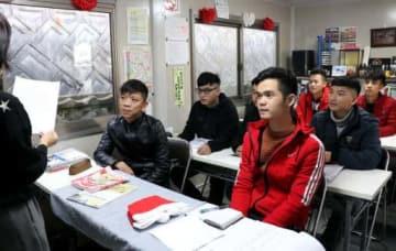 福山市内の協同組合で日本語を学ぶベトナム人技能実習生たち。研修後に企業で働く