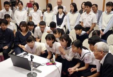 ノーベル平和賞の発表の様子を見守る高校生平和大使と関係者=10月5日、長崎市筑後町のホテルセントヒル長崎
