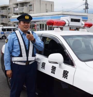 コンビニ駐車場にパトカーを駐留し、車載マイクで交通安全などを呼び掛ける警察官