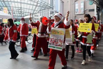 サンタクロース姿で貧困撃退を訴える参加者