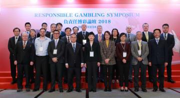「レスポンシブルゲーミングシンポジウム2018」の登壇者ら=2018年12月18日、JWマリオットホテルマカオ(写真:Univercity of Macau)