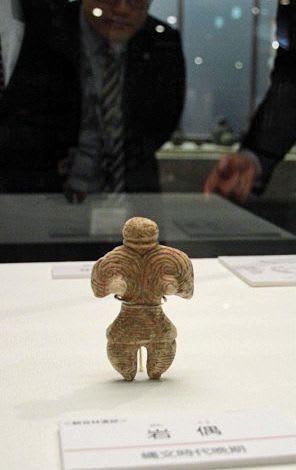 パリから戻り、企画展の展示に加わった「岩偶」=22日、立佞武多の館美術展示ギャラリー