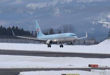 青森空港に到着する大韓航空の航空機=22日午後1時