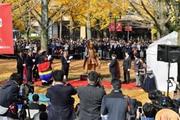 多くのファンらが詰め掛けた県庁でのルフィ像除幕式=11月30日、熊本市