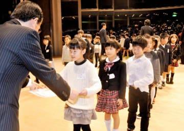 「えひめこども新聞グランプリ」で表彰を受ける児童ら=22日午後、松山市道後町2丁目のひめぎんホール