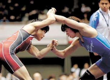 レスリング全日本選手権の女子57キロ級の1次リーグ初戦で対戦する伊調(左)と川井梨