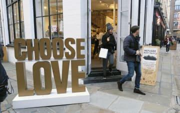22日、ロンドン中心部ソーホーで、難民支援グッズを売る店「チューズ・ラブ」(共同)