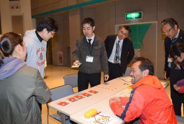 カードゲームでSDGsの世界観を楽しみながら学ぶ参加者