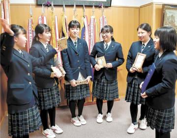 「ベスト100」に選ばれた酒田光陵高のスカイズのメンバー