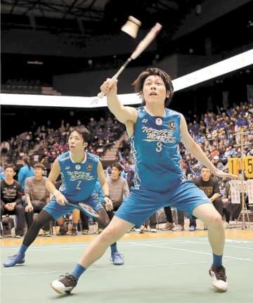 金沢学院クラブ―東北マークス 第1試合のダブルス第3ゲーム、シャトルを追う東北マークス・三浦。左は鈴木